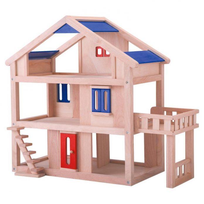 خانه چوبی با در قرمز و سقف و پنجره آبی